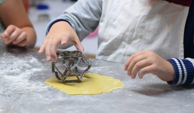Cuisiner avec ses enfants : des avantages souvent mal connus
